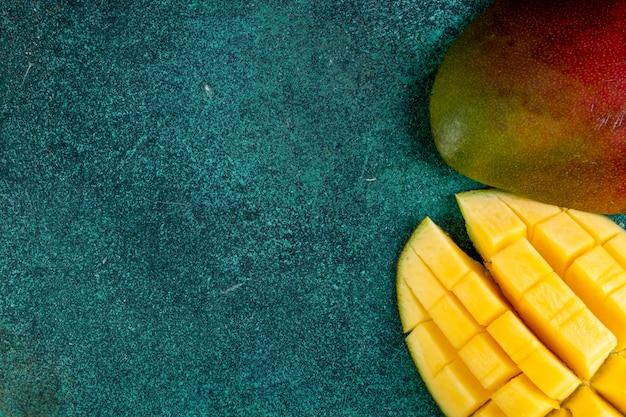 Bovenaanzicht kopie ruimte gesneden mango op groen