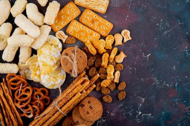 Bovenaanzicht kopie ruimte gezouten koekjes met paneermeel en breadsticks op een roze en blauwe achtergrond