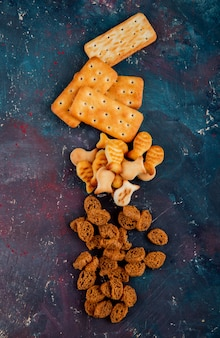 Bovenaanzicht kopie ruimte gezouten koekjes met paneermeel op een roze-blauwe achtergrond