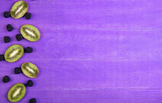 Bovenaanzicht kopie ruimte marmelade in de vorm van een braam met kiwiplakken op een paarse achtergrond