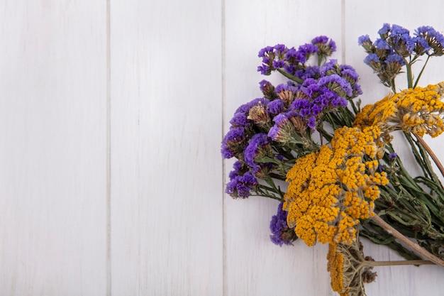 Bovenaanzicht kopie ruimte paarse en gele wilde bloemen op witte achtergrond