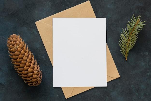 Bovenaanzicht kopie ruimte papieren en dennenappel