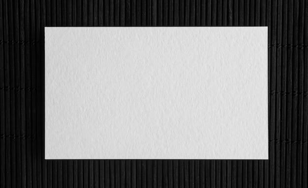 Bovenaanzicht kopie ruimte visitekaartje op donkere achtergrond