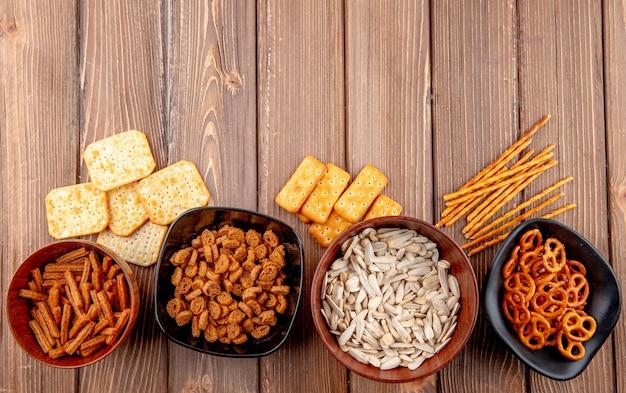 Bovenaanzicht kopie ruimte witte zaden met crackers paneermeel met breadsticks op een houten achtergrond