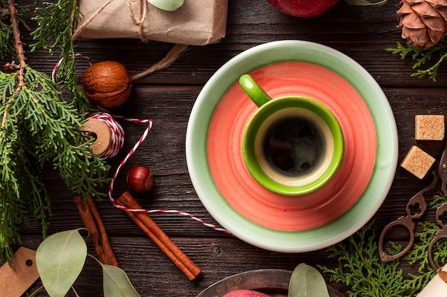 Bovenaanzicht kopje biologische koffie op de tafel
