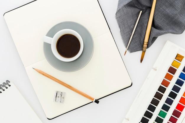 Bovenaanzicht kopje koffie met aquarellen