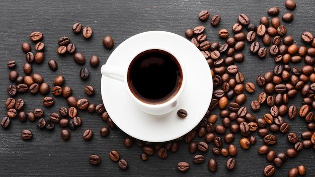 Bovenaanzicht kopje koffie met bonen