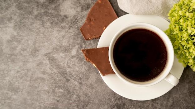 Bovenaanzicht kopje koffie met chocolade