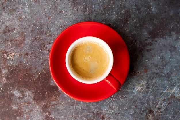 Bovenaanzicht kopje koffie met een bord