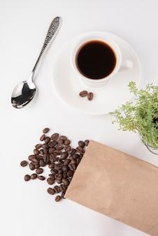 Bovenaanzicht kopje koffie met geroosterde bonen