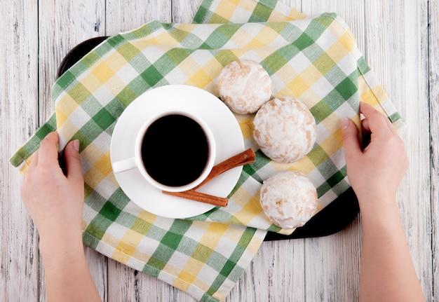 Bovenaanzicht kopje koffie met kaneel en peperkoek op tafellaken