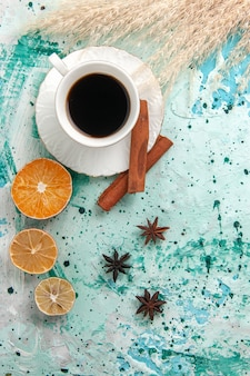 Bovenaanzicht kopje koffie met kaneel op blauwe backgruond koffie kleur foto suiker zoet