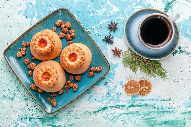 Bovenaanzicht kopje koffie met koekjes op lichtblauwe achtergrond cookie biscuit zoete suiker kleur