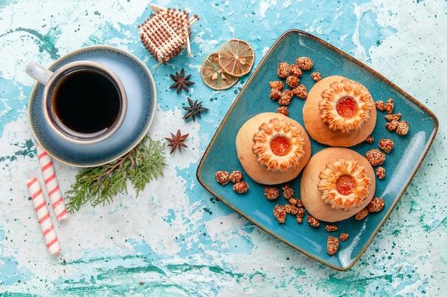 Bovenaanzicht kopje koffie met koekjes op lichtblauwe oppervlakte cookie biscuit zoete suikerkleur