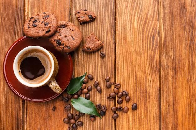 Bovenaanzicht kopje koffie met koekjes