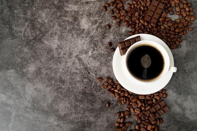 Bovenaanzicht kopje koffie met kopie ruimte