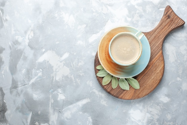 Bovenaanzicht kopje koffie met melk in beker op wit bureau drink koffie melk bureau espresso americano