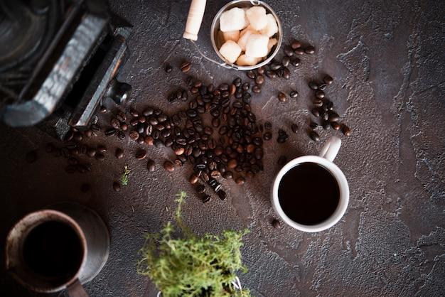 Bovenaanzicht kopje koffie met suikerklontjes