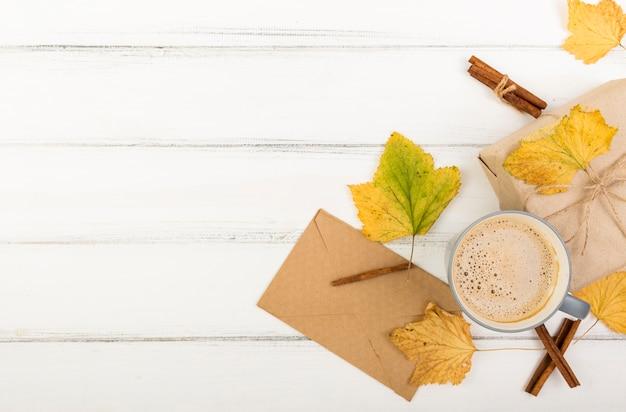 Bovenaanzicht kopje koffie naast envelop met kopie ruimte