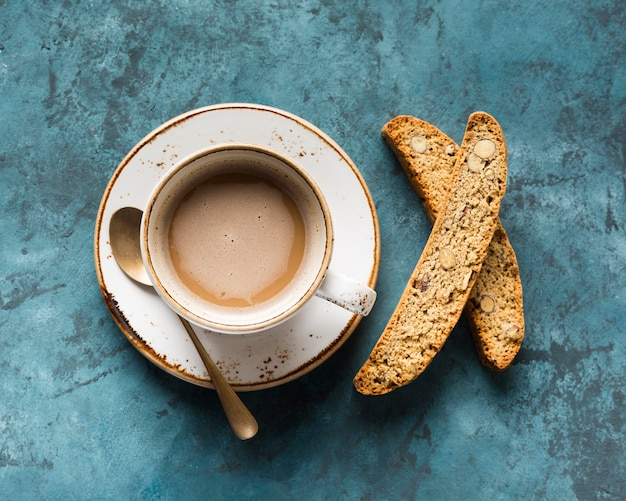 Bovenaanzicht kopje koffie op blauwe achtergrond