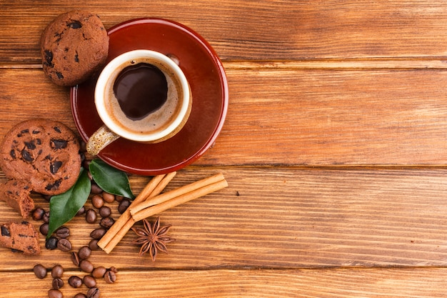 Bovenaanzicht kopje koffie op de tafel