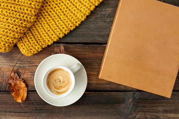 Bovenaanzicht kopje koffie op houten tafel
