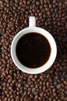 Bovenaanzicht kopje koffie op tafel