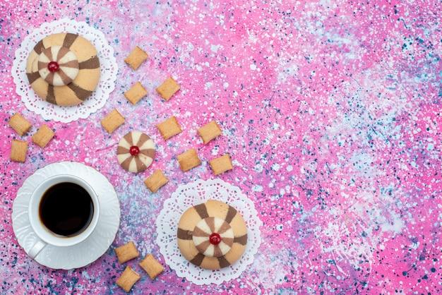 Bovenaanzicht kopje koffie samen met chocolade koekjes op de gekleurde achtergrond cookie biscuit zoete kleur