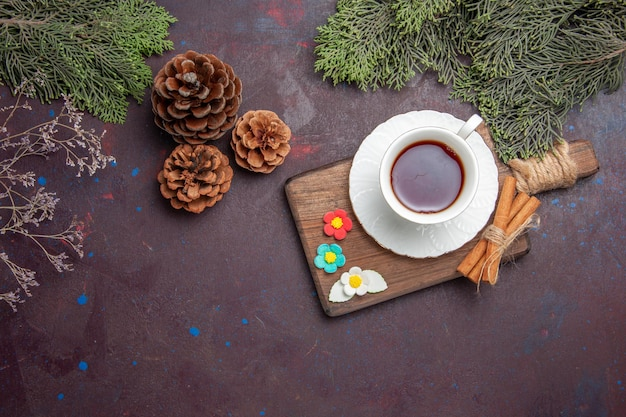 Bovenaanzicht kopje thee in glazen beker op donkere ruimte