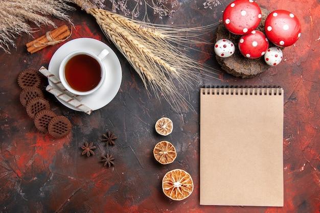 Bovenaanzicht kopje thee met choco cookies op donkere tafel cookie koekjesthee