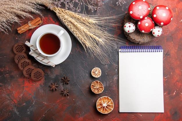 Bovenaanzicht kopje thee met choco cookies op donkere tafel thee koekjes koekje