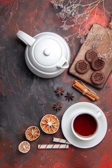 Bovenaanzicht kopje thee met choco cookies op donkere tafel theekoekjes