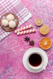 Bovenaanzicht kopje thee met citroen en deeg op de heldere roze