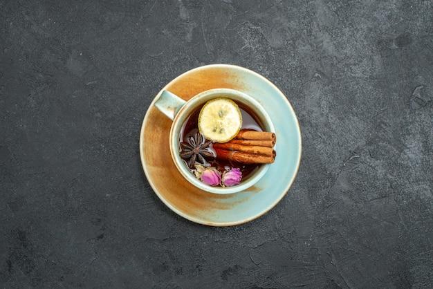 Bovenaanzicht kopje thee met citroen en kaneel op een grijze achtergrond thee drinken fruit citroen