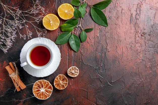 Bovenaanzicht kopje thee met citroen op donkere tafel suiker thee foto koekje zoet