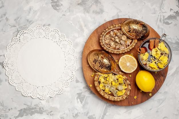 Bovenaanzicht kopje thee met citroen op een witte ruimte