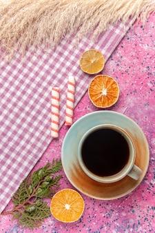 Bovenaanzicht kopje thee met citroen op roze