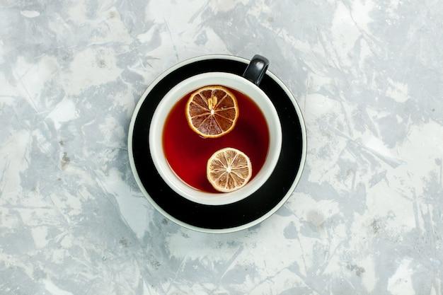 Bovenaanzicht kopje thee met citroen op witte muur thee drinken bloemen citroen