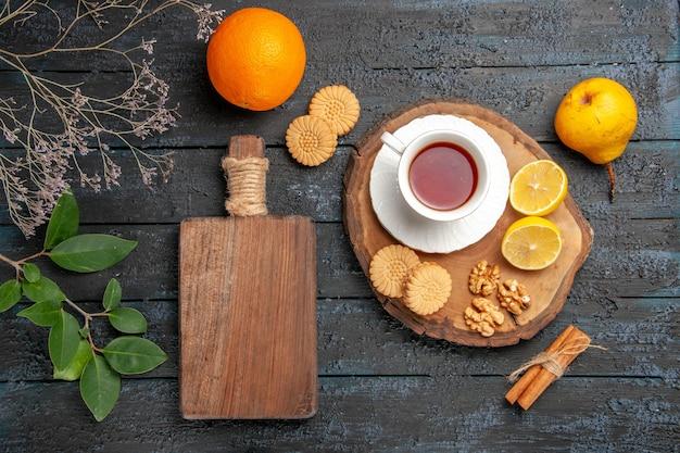 Bovenaanzicht kopje thee met fruit en koekjes, zoete koekjes suiker