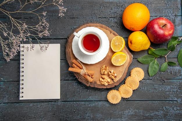 Bovenaanzicht kopje thee met fruit en koekjes, zoete koekjessuiker