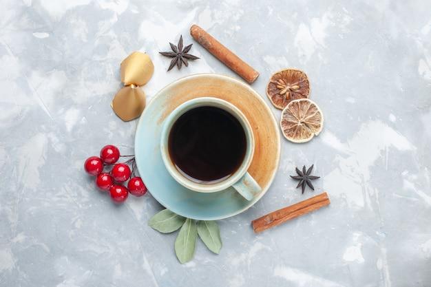 Bovenaanzicht kopje thee met kaneel op het witte bureau thee snoep kleur drankje warm