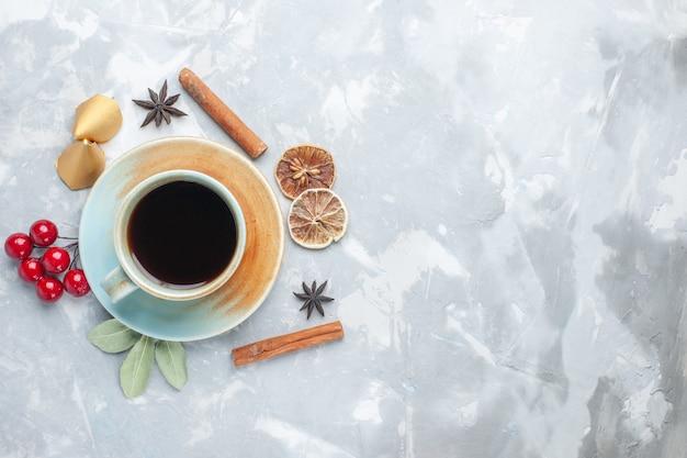 Bovenaanzicht kopje thee met kaneel op witte vloer thee snoep kleur ontbijt drankje