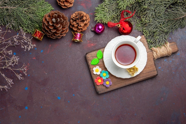 Bovenaanzicht kopje thee met kegels op donkere ruimte