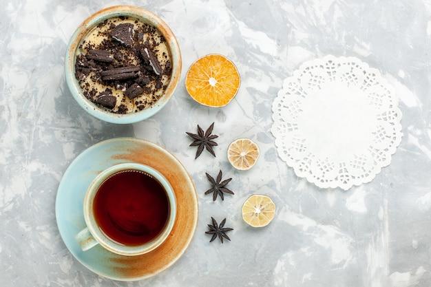 Bovenaanzicht kopje thee met koekje dessert op licht wit bureau koekje chocoladetaart bakken taart suiker zoet