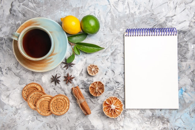 Bovenaanzicht kopje thee met koekjes en citroen op de lichttafel biscuit thee fruit