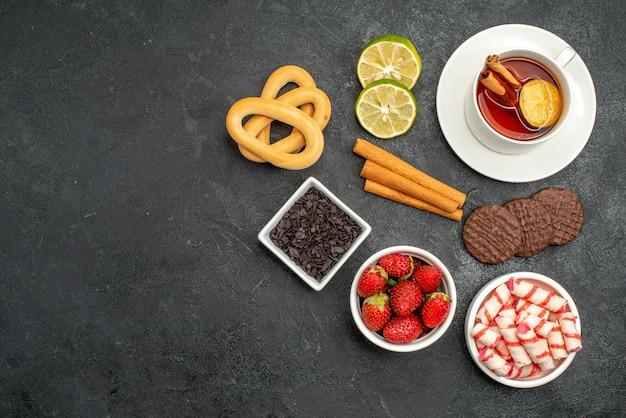 Bovenaanzicht kopje thee met koekjes en snoep