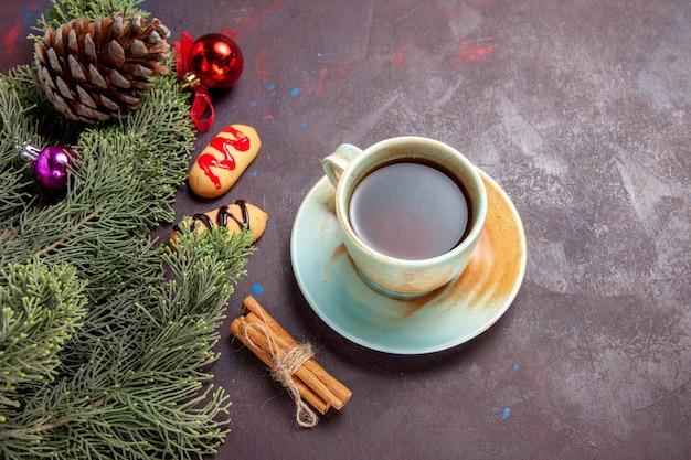 Bovenaanzicht kopje thee met koekjes op donkere bureau thee biscuit kleur