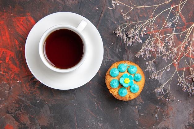 Bovenaanzicht kopje thee met koekjes op donkere tafel koekje zoete koekjes snoep