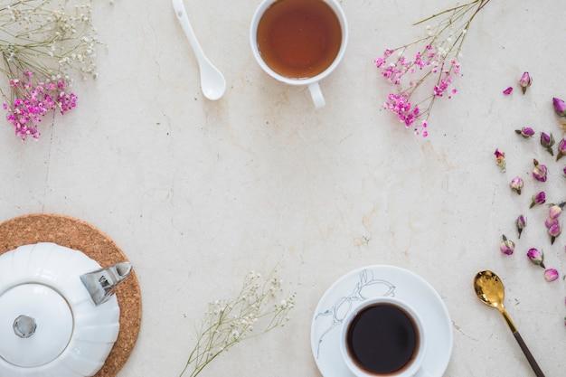 Bovenaanzicht kopje thee met ontbijt elementen