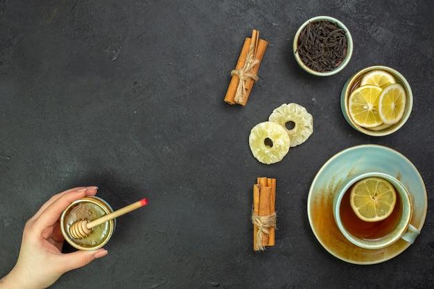 Bovenaanzicht kopje thee met schijfjes citroen en honing o